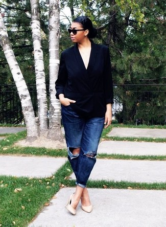 Comment porter: blazer croisé en soie noir, jean boyfriend déchiré bleu marine, escarpins en cuir beiges, lunettes de soleil noires