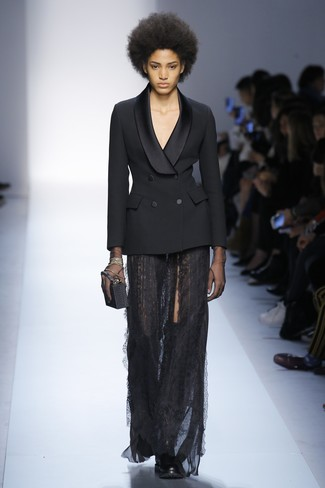 Comment porter: blazer croisé noir, jupe longue en dentelle noire, cuissardes en cuir noires, pochette noire