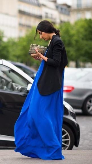 Marie un blazer croisé noir avec une robe longue bleue pour une tenue idéale le week-end.