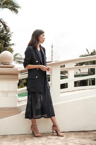 Comment porter: blazer croisé noir, robe midi en dentelle noire, sandales à talons en cuir beiges