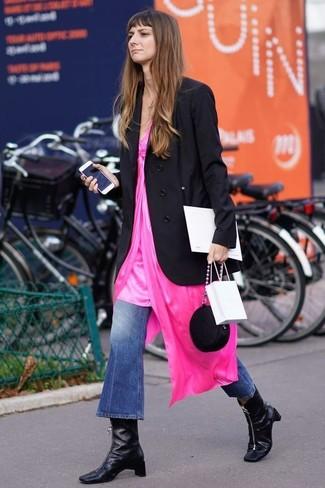 Comment porter: blazer croisé noir, robe nuisette fuchsia, jean flare bleu, bottines en cuir noires