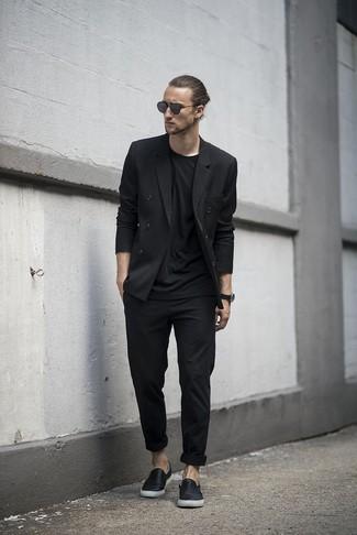 Comment porter: blazer croisé noir, t-shirt à col rond noir, pantalon chino noir, baskets à enfiler en cuir noires