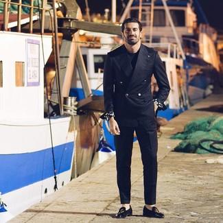 Comment porter: blazer croisé noir, t-shirt à col rond noir, pantalon de costume noir, slippers en daim brodés noirs