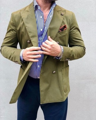 Comment porter: blazer croisé olive, chemise de ville à rayures verticales blanc et bleu, pantalon chino bleu marine, pochette de costume imprimée bordeaux