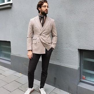 Tendances mode hommes: Pense à porter un blazer beige pour un look idéal au travail.