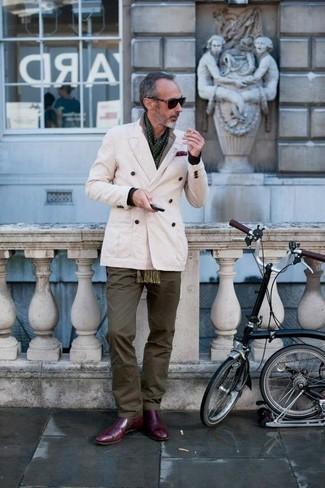 Comment porter un pantalon chino olive: Pense à porter un blazer croisé beige et un pantalon chino olive pour aller au bureau. Une paire de des bottines chelsea en cuir bordeaux s'intégrera de manière fluide à une grande variété de tenues.
