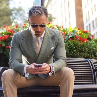 Comment porter: blazer croisé vert menthe, pantalon de costume beige, cravate beige, pochette de costume blanche