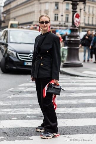 Comment porter: blazer croisé noir, pantalon flare noir, chaussures de sport gris foncé, sac à main en cuir noir