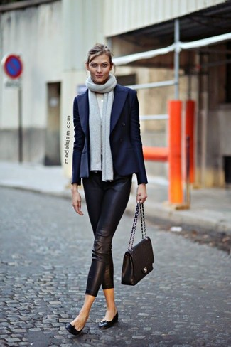 Comment porter: blazer croisé bleu marine, pantalon slim en cuir noir, ballerines en cuir noires, cartable en cuir matelassé noir