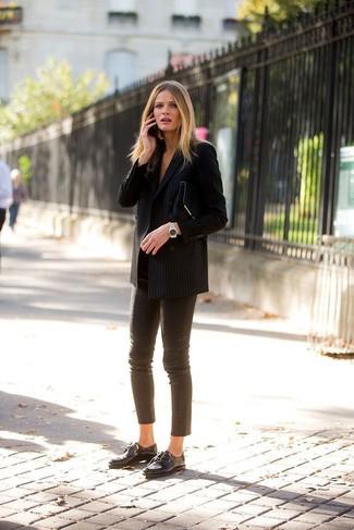 Comment porter: blazer croisé à rayures verticales noir, pantalon slim en cuir marron, chaussures richelieu en cuir noires, pochette en daim noire