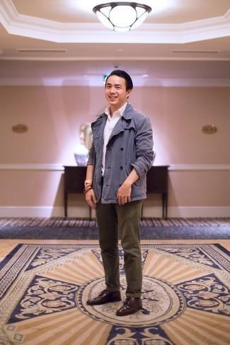 Comment porter des chaussettes noires: Harmonise un blazer croisé bleu avec des chaussettes noires pour affronter sans effort les défis que la journée te réserve. Termine ce look avec une paire de des chaussures derby en cuir bordeaux pour afficher ton expertise vestimentaire.