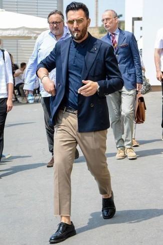 Comment porter un pantalon chino marron clair: Essaie d'associer un blazer croisé bleu marine avec un pantalon chino marron clair pour achever un look habillé mais pas trop. Une paire de des chaussures brogues en cuir noires est une option parfait pour complèter cette tenue.