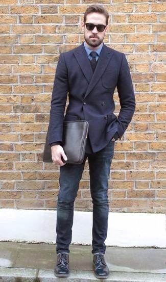 Comment porter une cravate bleu marine: Associe un blazer croisé bleu marine avec une cravate bleu marine pour un look pointu et élégant. Jouez la carte décontractée pour les chaussures et termine ce look avec une paire de des chaussures derby en cuir noires.