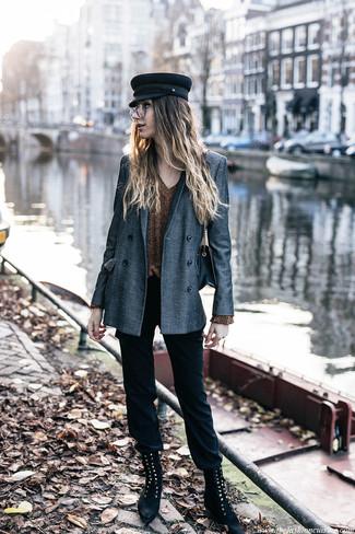 Comment porter une casquette plate: Pense à opter pour un blazer croisé gris et une casquette plate pour une tenue idéale le week-end. Une paire de des bottines plates à lacets en daim noires est une option génial pour complèter cette tenue.