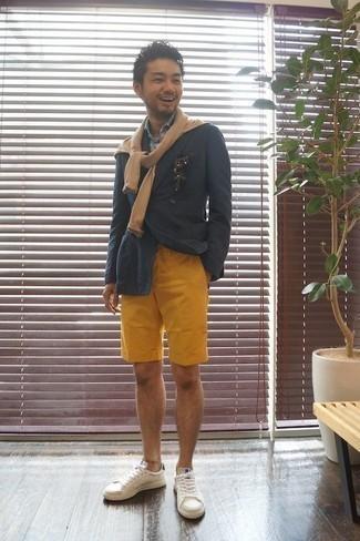 Comment porter un pull à col rond marron clair en été: Essaie d'associer un pull à col rond marron clair avec un short moutarde pour un déjeuner le dimanche entre amis. Une paire de des baskets basses en cuir blanches est une option judicieux pour complèter cette tenue. Nous aimons beaucoup cette tenue qui est canon pour l'été.