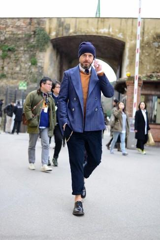 Comment porter: blazer croisé bleu, pull à col rond tabac, chemise à manches longues blanche, pantalon chino bleu marine