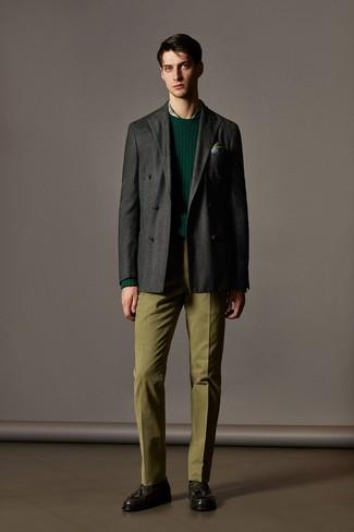 Comment porter: blazer croisé en laine gris foncé, pull à col rond vert foncé, chemise de ville écossaise verte, pantalon de costume olive