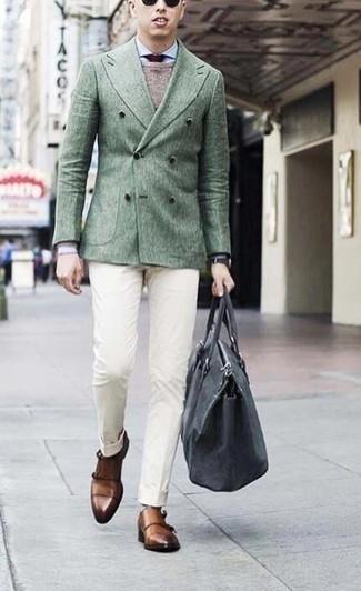 Comment porter une cravate bordeaux: Pense à marier un blazer croisé vert foncé avec une cravate bordeaux pour un look classique et élégant. Si tu veux éviter un look trop formel, assortis cette tenue avec une paire de des double monks en cuir marron.