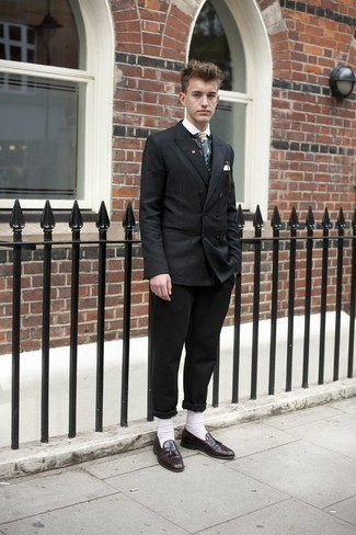 Comment porter des chaussettes blanches: Harmonise un blazer croisé noir avec des chaussettes blanches pour une tenue idéale le week-end. Jouez la carte classique pour les chaussures et choisis une paire de des mocassins à pampilles en cuir bordeaux.