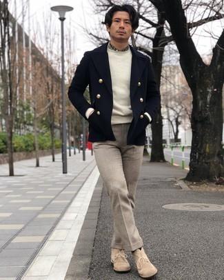 Comment porter des bottines chukka en daim beiges: L'association d'un blazer croisé en laine bleu marine et d'un pantalon de costume en laine beige peut te démarquer de la foule. Si tu veux éviter un look trop formel, complète cet ensemble avec une paire de des bottines chukka en daim beiges.