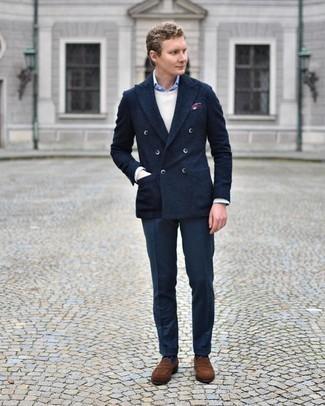 Comment porter un pull à col rond beige: Essaie d'associer un pull à col rond beige avec un pantalon de costume bleu marine pour une silhouette classique et raffinée. Assortis ce look avec une paire de slippers en daim marron.