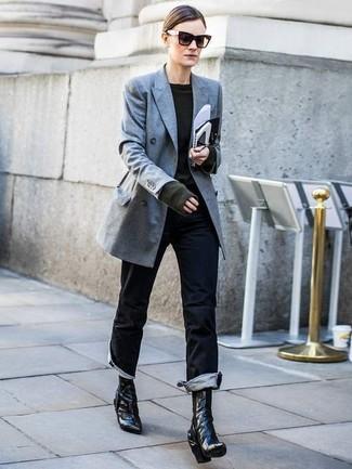 Comment porter: blazer croisé gris, pull à col rond vert foncé, jean noir, bottines en cuir noires