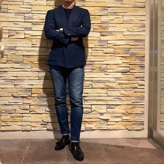 Comment porter: blazer croisé bleu marine, pull à col rond bleu marine, jean bleu marine, mocassins à pampilles en cuir noirs