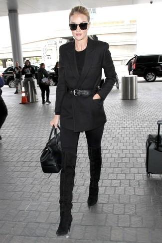 Comment porter: blazer croisé noir, pull à col rond noir, jean skinny noir, cuissardes en daim noires
