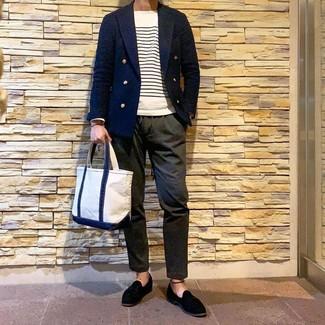 Comment porter: blazer croisé bleu marine, pull à col rond à rayures horizontales blanc et bleu marine, pantalon chino olive, mocassins à pampilles en daim noirs
