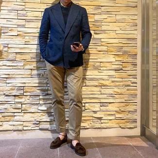 Comment porter: blazer croisé bleu marine, pull à col rond noir, pantalon chino marron clair, mocassins à pampilles en daim marron foncé