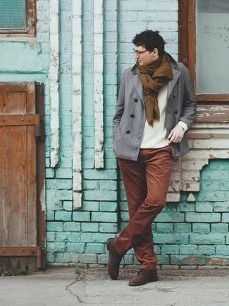 Comment porter un blazer croisé gris: Choisis un blazer croisé gris et un pantalon chino tabac pour achever un look habillé mais pas trop. Une paire de des chaussures derby en daim marron foncé rendra élégant même le plus décontracté des looks.
