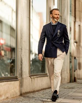 Comment porter: blazer croisé bleu marine, pull à col rond noir, pantalon de costume beige, chaussures derby en daim noires