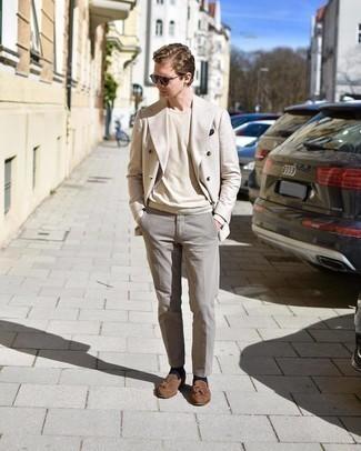 Comment porter un pull à col rond beige: Pense à porter un pull à col rond beige et un pantalon de costume gris pour dégager classe et sophistication. Cette tenue se complète parfaitement avec une paire de mocassins à pampilles en daim marron.