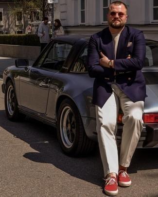 Tendances mode hommes: Essaie de marier un blazer croisé bleu marine avec un pantalon de costume beige pour dégager classe et sophistication. Si tu veux éviter un look trop formel, assortis cette tenue avec une paire de baskets basses en toile rouges.