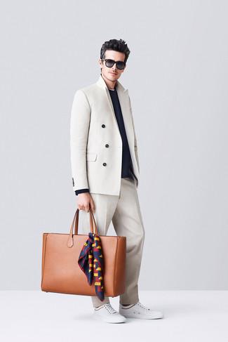 Comment porter: blazer croisé beige, pull à col rond bleu marine, pantalon de costume beige, baskets basses blanches
