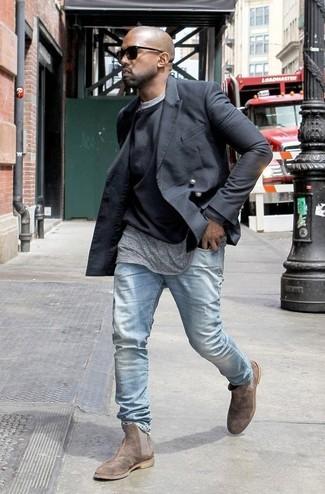 Tenue de Kanye West: Blazer croisé noir, Pull à col rond noir, T-shirt à col rond gris, Jean bleu clair