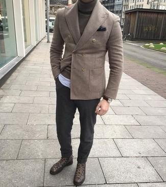 Comment porter: blazer croisé en laine marron, pull à col roulé marron foncé, chemise à manches longues en chambray à rayures verticales bleu clair, pantalon de costume en laine gris foncé