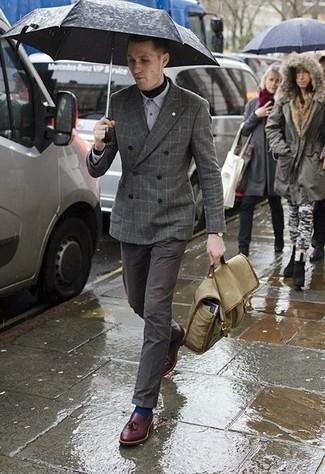 Comment porter des chaussettes bleu marine: Associe un blazer croisé à carreaux gris avec des chaussettes bleu marine pour une tenue relax mais stylée. Habille ta tenue avec une paire de des mocassins à pampilles en cuir bordeaux.