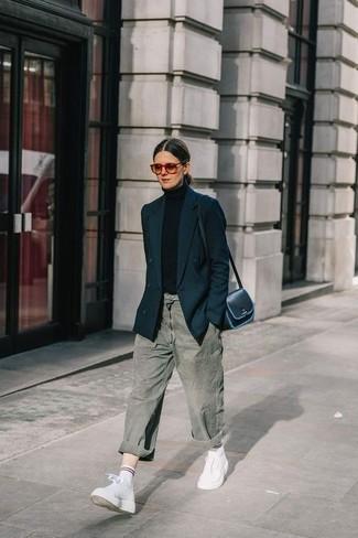 Comment porter: blazer croisé noir, pull à col roulé noir, jean boyfriend gris, baskets montantes en cuir blanches