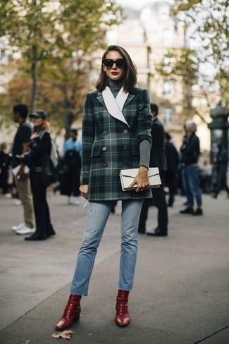 Comment porter: blazer croisé écossais vert foncé, pull à col roulé gris foncé, jean bleu clair, bottines en cuir rouges