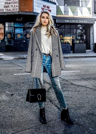 Comment porter: blazer croisé en pied-de-poule noir et blanc, pull à col roulé beige, jean skinny bleu, bottines en cuir noires