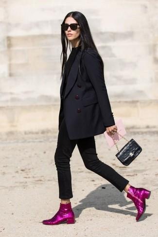 Comment porter: blazer croisé bleu marine, pull à col roulé noir, jean skinny noir, bottines pailletées fuchsia