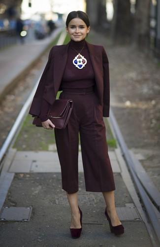 Comment porter: blazer croisé bordeaux, pull à col roulé bordeaux, jupe-culotte bordeaux, escarpins en daim bordeaux
