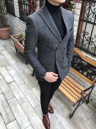 Comment porter: blazer croisé en laine gris, pull à col roulé noir, pantalon chino noir, mocassins à pampilles en cuir marron