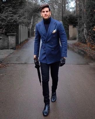 Comment porter: blazer croisé en laine bleu, pull à col roulé bleu marine, pantalon chino noir, bottines chelsea en cuir noires