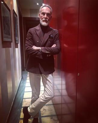 Comment porter: blazer croisé en laine à carreaux bordeaux, pull à col roulé noir, pantalon chino beige, chaussures richelieu en daim noires