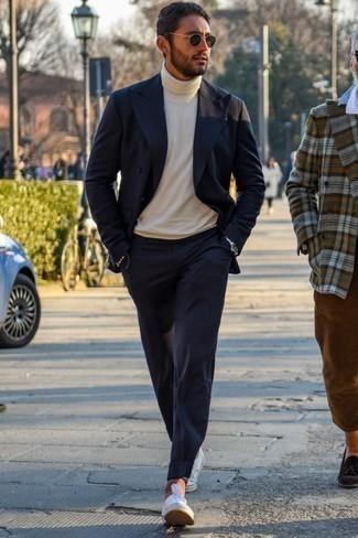 Comment porter des baskets basses en toile blanches: Essaie de marier un blazer croisé bleu marine avec un pantalon chino bleu marine pour aller au bureau. Si tu veux éviter un look trop formel, opte pour une paire de des baskets basses en toile blanches.