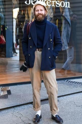 Comment porter un pantalon chino marron clair quand il fait chaud: Pense à marier un blazer croisé bleu marine avec un pantalon chino marron clair pour achever un look habillé mais pas trop. Jouez la carte classique pour les chaussures et choisis une paire de des slippers en cuir pourpre foncé.