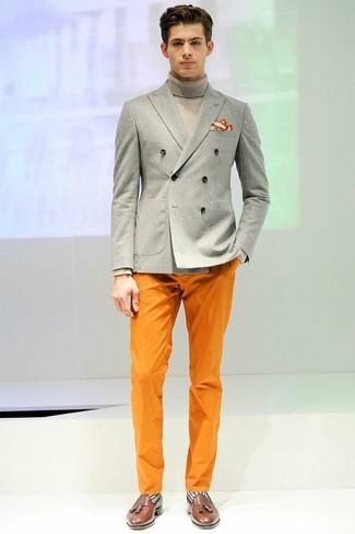 Comment porter: blazer croisé gris, pull à col roulé gris, pantalon chino orange, mocassins à pampilles en cuir marron