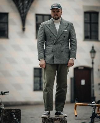 Tendances mode hommes: Harmonise un blazer croisé en laine écossais gris avec un pantalon chino olive pour aller au bureau. Jouez la carte décontractée pour les chaussures et opte pour une paire de baskets basses en toile noires et blanches.